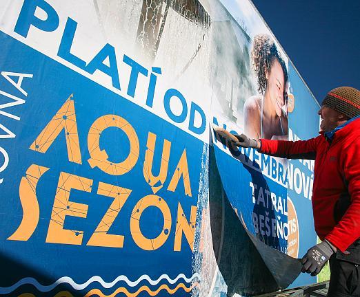 Mokrý výlep papierového billboardu