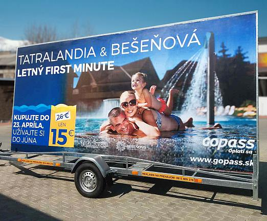 Papierový billboard na mobilnom vozíku